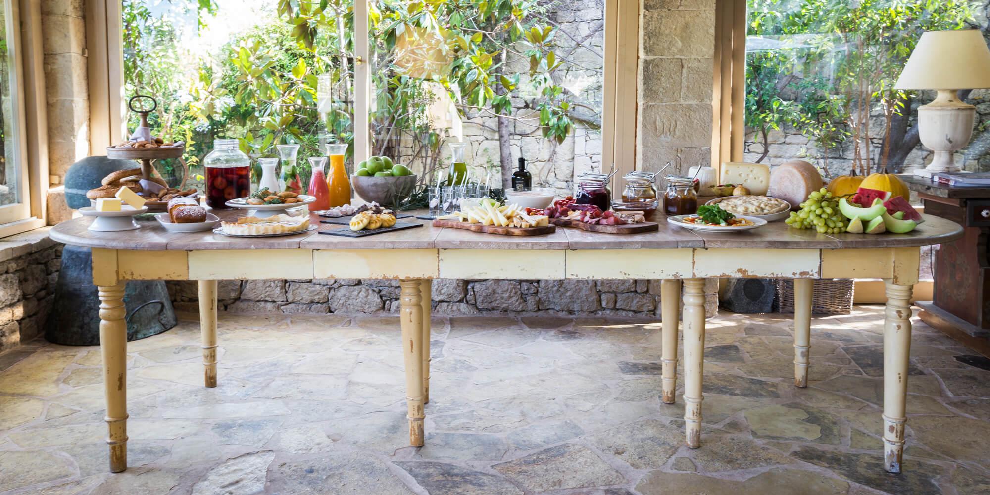 gedekte tafel vol eten