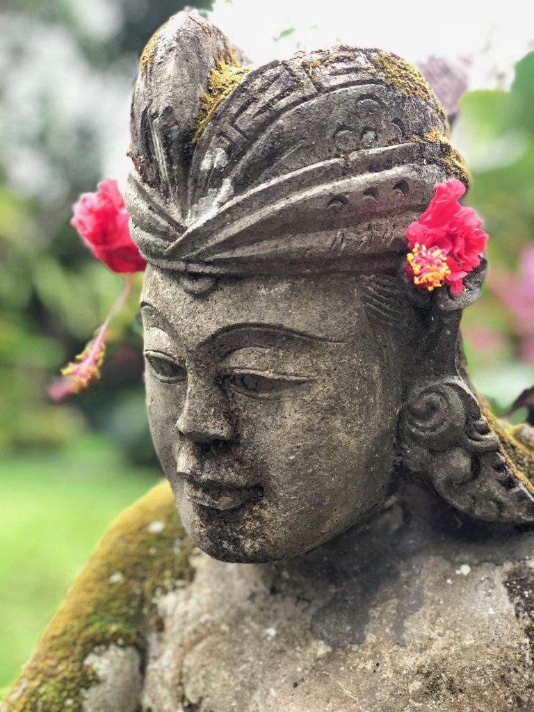 beeld Bali bloemen in oor